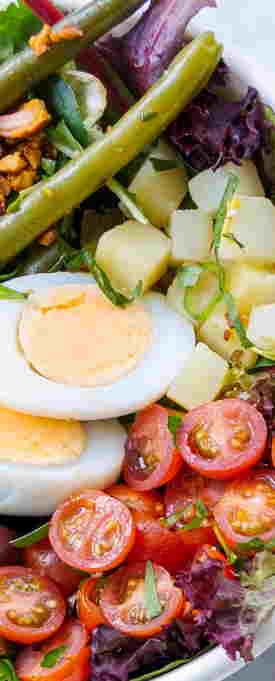 salade nicoise with leafy lettuce